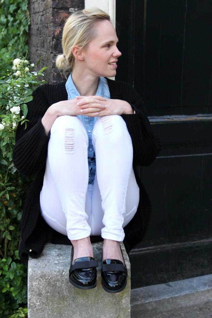 spijkerbloes boohoo witte broek stradivarius outfit scarlet