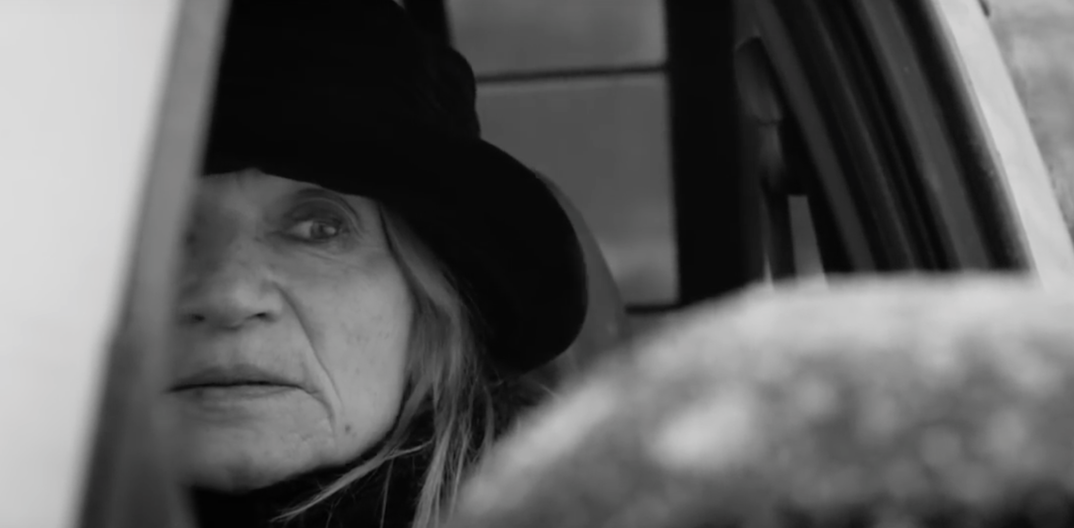 De video is teder en ontroerend en geeft een nieuwe betekenis aan verloren liefde verloren en lesbische relaties.