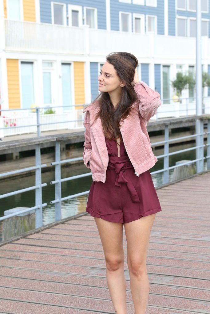 Naakt en zacht roze met NA-KD playsuit bordeaux rood jasje