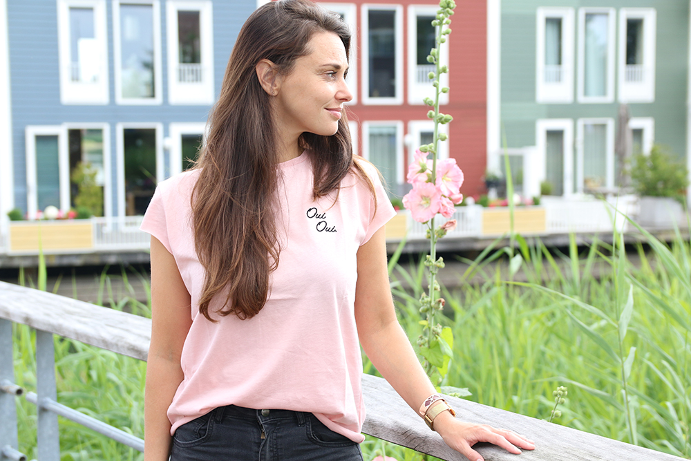 Naakt en zacht roze met NA-KD playsuit bordeaux rood jasje text oui oui shirt