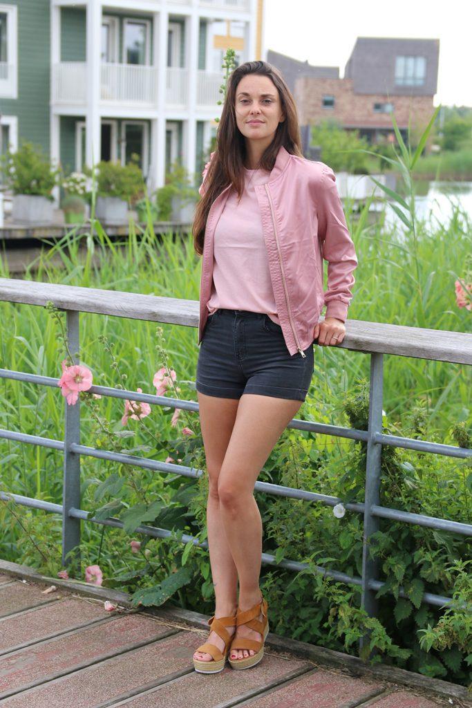 Naakt en zacht roze met NA-KD playsuit bordeaux rood jasje text oui oui shirt somber jasje