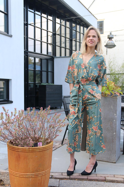 Kimono jumpsuit, bretels en rode laarsjes romwe sacha studs kraanvogels zara