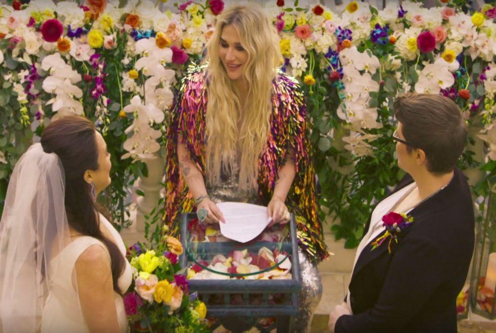 Kesha trouwt lesbisch koppel in video 'I Need a Woman'