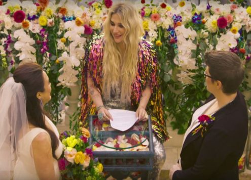 Kesha trouwt lesbisch koppel in video 'I Need a Woman'