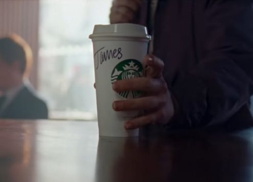 Ontroerende Starbucks commercial met transgender